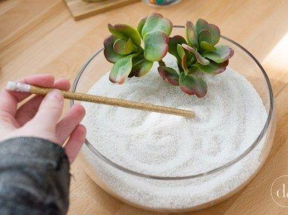 Bau einen kleinen Zen-Garten, mit dem sich einfach Stress abbauen lässt.   21 preiswerte Last Minute-Geschenke, für die Du Dich nicht schämen musst