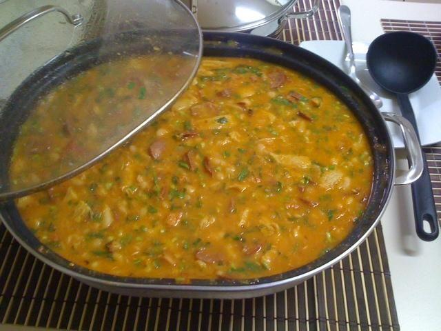 2 kg de dobradinha  - 400 g de bacon picadinho  - 400 g de calabresa  - 400 g de paio  - 1 kg de feijão branco cozido  - Cheiro verde  - 1 pimenta dedo-de-moça sem semente  - 2 latas de tomate pelado  - Colorau  - Folhas de louro  - Alho e cebola  - Orégano e pimenta em grãos moída na hora  -