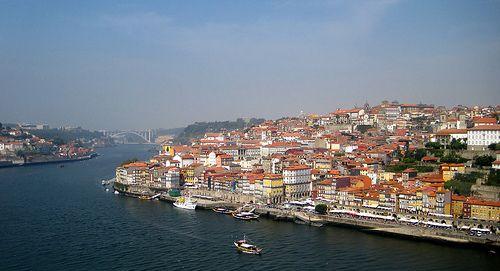 Porto - Als eines der Wahrzeichen der Stadt gilt die Dom Luís I Brücke, welche direkt daneben über dem Fluss thront – die Aussicht von hier ist fantastisch! Du kannst die Brücke sowohl oben als auch unten zu Fuß überqueren, dies ist auch die schnellste Verbindung zum Viertel Vila Nova de Gaia (dort befinden sich die bekanntesten Weinkellereien).