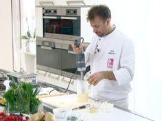 Il maestro Luca Montersino, in un video di appena due minuti, ci insegna come preparare in casa una delle salse più amate e versatili: la maionese. Per farlo, lo chef si serve delTriblade Kenwood.