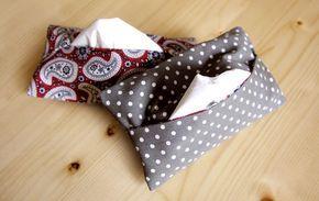 Monederos para llevar pañuelos de papel con dos estampados.