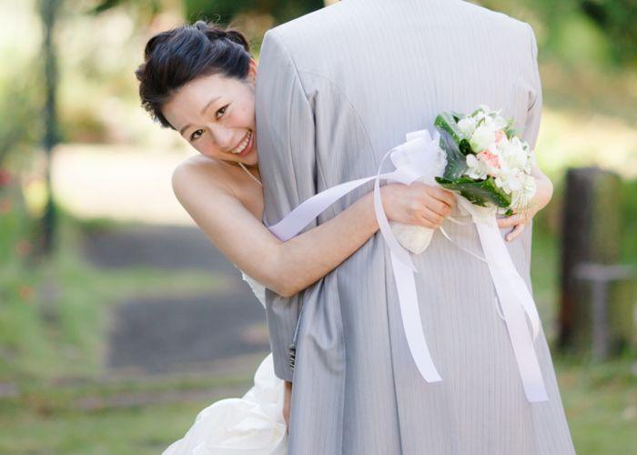可愛すぎる前撮りポーズ「抱きつきショット」の撮り方まとめ