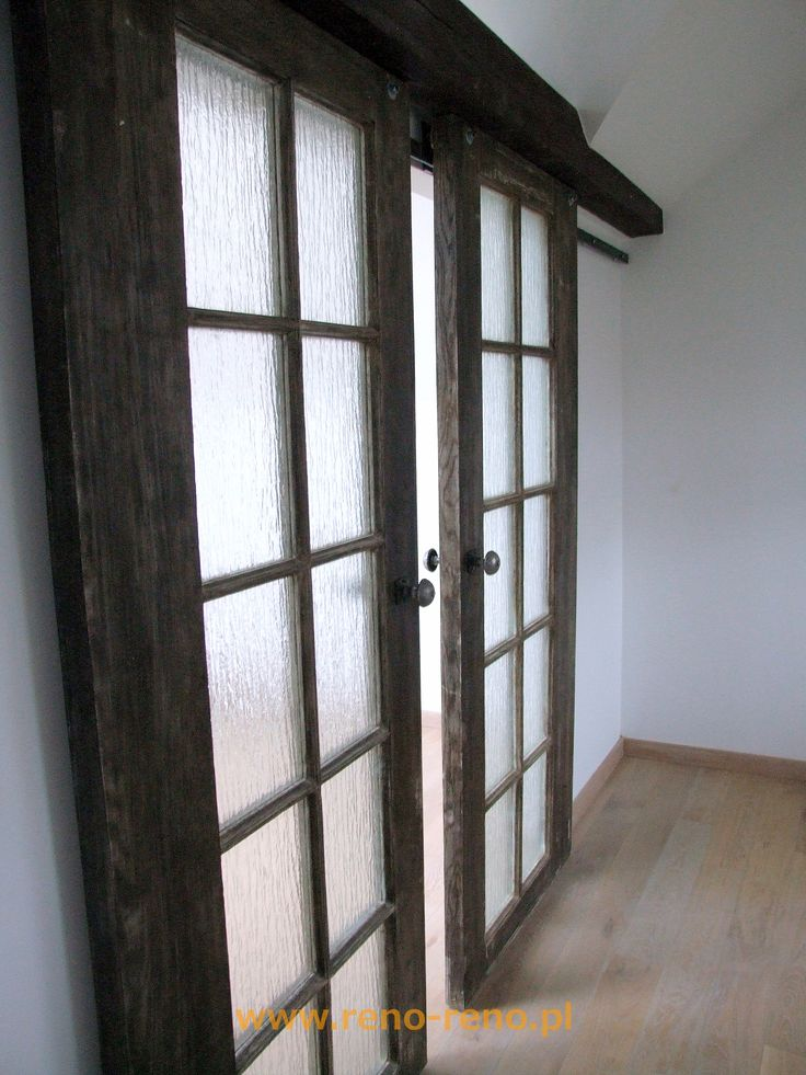 Dwuskrzydłowe drzwi przesuwne z szybą. Pracownia Reno.