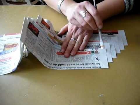 Motání ruliček z novinového papíru pomocí akuvrtačky She uses a drill to roll…