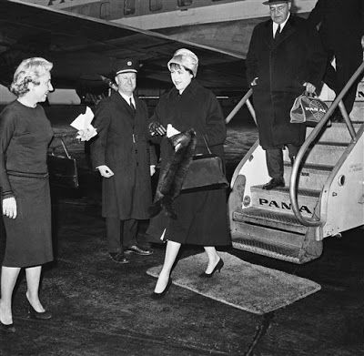 Gaspar, El Lugareño: Batista (Fotos II) Mrs. Marta Batista, wife of former Cuban Dictator, Fulgencio Batista, steps from plane at Idlewild Airport, in New York, on Jan. 18, 1959, on first leg of trip to gather four of their children and take them to join their father in Ciudad Trujillo, Dominican Republic. Roberto, 11, and Carlos, 8, are in New York. Fulgencio, Jr., 4, and Marta Maria, 17 months, are in Daytona Beach, Fla. Another son 15, is with his father. (AP Photo)