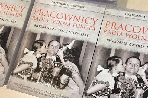 Autorem książki jest Lechosław Gawlikowski – dziennikarz, publicysta, zastępca dyrektora Rozgłośni Polskiej Radia Wolna Europa w latach 1988-1994, a także archiwista jej zasobów dokumentacyjnych. Odznaczony Krzyżem Oficerskim Orderu Odrodzenia Polski.