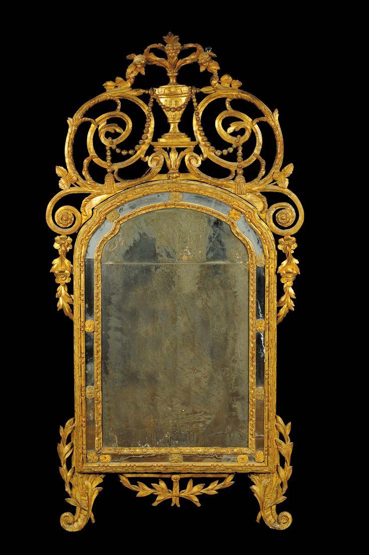Specchiera Luigi XVI dorata e riccamente intagliata, Piemonte XVIII secolo decoro a greca ed elementi vegetali, cimasa traforata con vaso centrale, cm 186x94