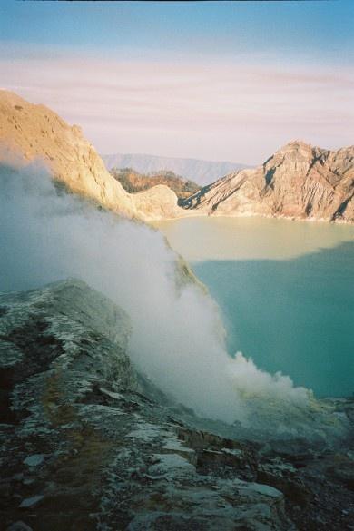 Java - Kawah Ijen trektocht naar de krater van de Ijen-vulkaan. Je zult versteld staan van de 'zwaveldragers'. Deze mannen lopen ongeveer 5 keer per dag de tocht met zware manden vol zwavel die ze uit de krater omhoog halen. Bij helder weer is het zicht over het turquoise meer vanaf de kraterrand adembenemend. Het maakt de wandeling de moeite waard.