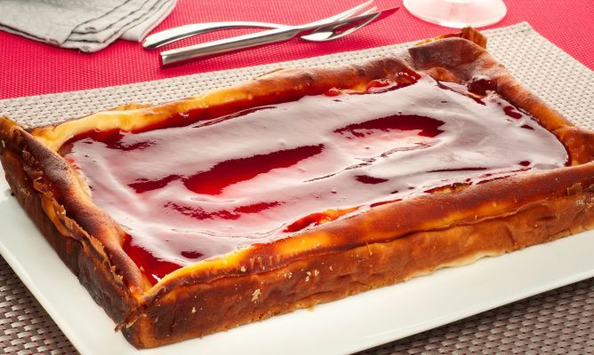 Tarta de queso al horno. La receta tradicional de tarta de queso de untar y yogur cocinada al horno. Un postre básico que nos enseña Bruno Oteiza. #tartadequeso