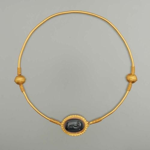 Neck Ring gold (Roman) with carved stone sardonyx, ca 100 A.D.
