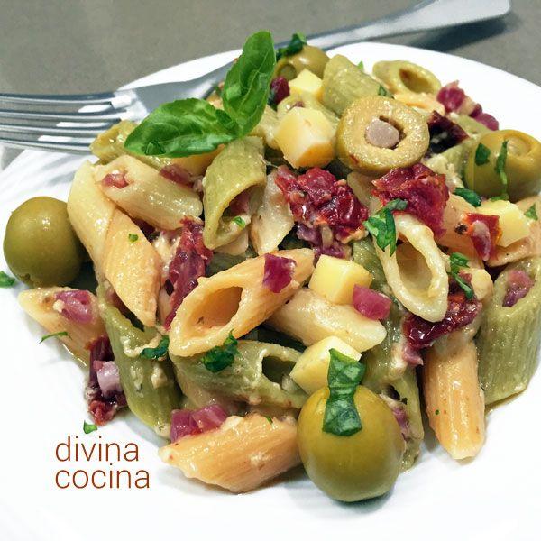 Esta ensalada de pasta estilo mediterráneo es fácil, original y sabrosa. Se puede preparar con cualquier pasta corta a tu gusto.