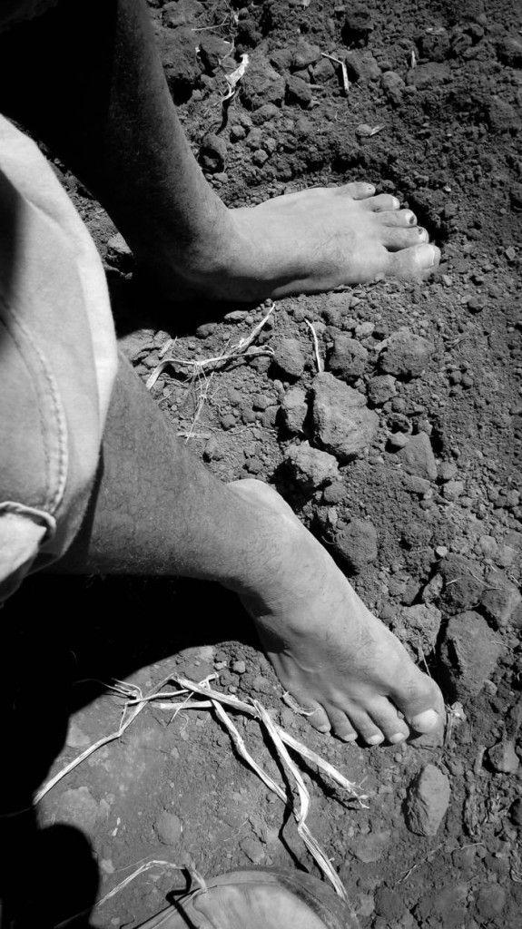 Trabalhador com os pés descalços: falta de proteção é recorrente
