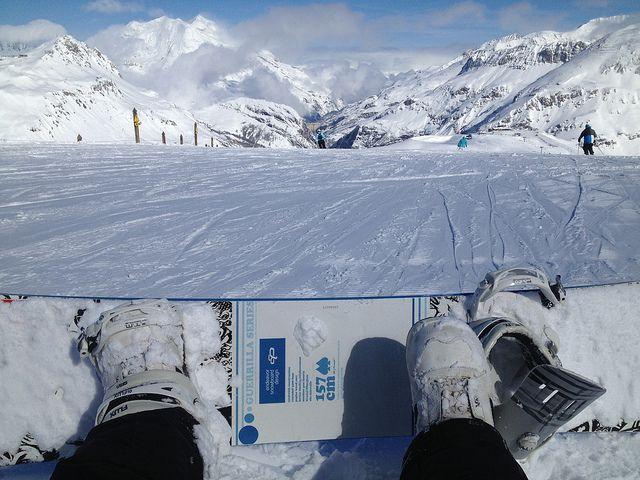 Afilar los cantos de unos esquís o de una tabla de snowboard es la tarea más complicada del mantenimiento del material, pero un buen afilado puede ser la diferencia entre caerse o deslizarse limpiamente por una placa de hielo. Te recomendamos un entorno limpio, sin objetos arremolinados, y si es posible un banco de trabajo (o algo que se asemeje) para fijar tu tabla, ya necesitarás precisión y para la protección de tus manos, te aconsejamos..#snowboard #esqui #cantos #deportes #extremo…