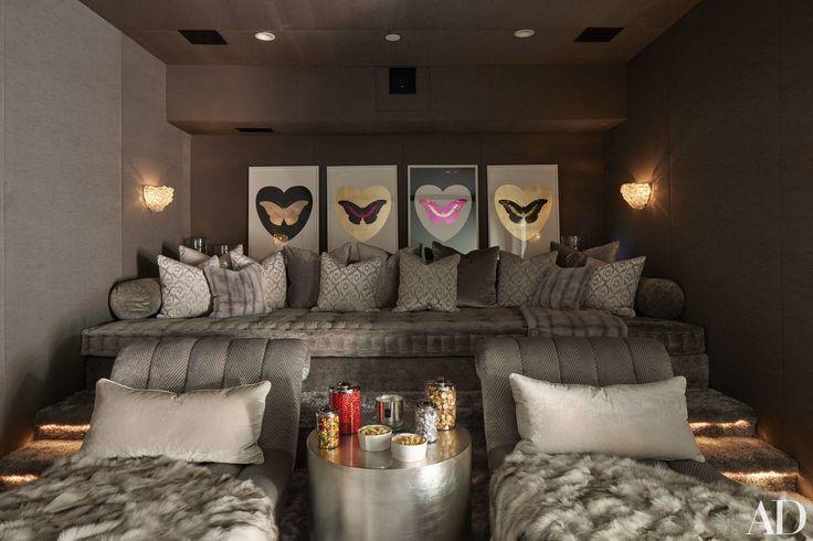 sofá atrás, poltronas na frente (4), criado mudo no meio/um criado mudo menor por poltrona, quadros atrás, iluminação de parede