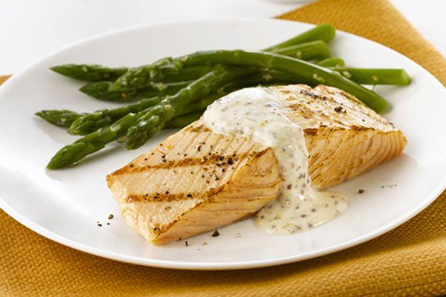 Aussi bons à la poêle qu'au four, ces filets de saumon sont nappés d'une sauce onctueuse à la moutarde, rehaussée d'un soupçon de fines herbes et d'ail. Accompagnez-les d'asperges vapeur : un vrai délice!
