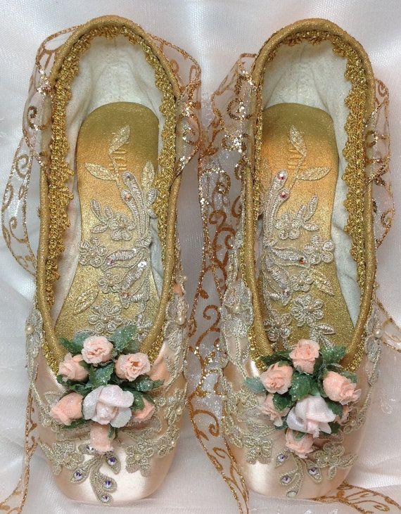 Elegante par de zapatos del pointe de rosa y oro. Cascanueces hada del ciruelo del azúcar. Hadas de la gota de rocío. La bella durmiente. Regalo de ballet.