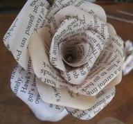 DIY: newspaper flowers: Paper Roses, Romance Novels, Flowers Bouquets, Crafts Ideas, Wedding Bouquets, Newspaper Flowers, Romances Novels, Old Books, Books Flowers