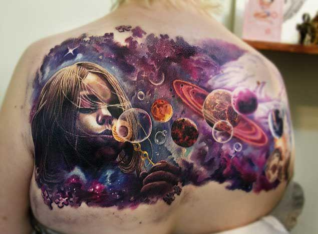 Burbujas que soplan en el tatuaje de Espacio