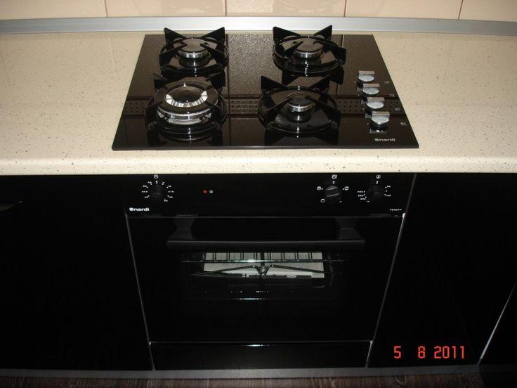 Mobila de bucatarie cu plita pe gaz din sticla neagra si cuptor incorporabil Nardi