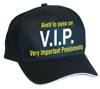 Cappellino nero a 5 pannelli modello baseball con visiera a sandwich profilo bianco ricamato sul fronte a 2 colori, Taglia unica con regolazione in velcro.