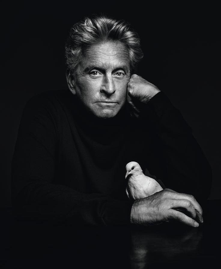 Der Fotograf Marco Grob hat es bis an die Spitze geschafft. Die mächtigsten und bekanntesten Männer und Frauen der Welt lassen sich von ihm porträtieren. Ein neuer Fotoband und eine Ausstellung zeigen die Arbeit des Schweizers.