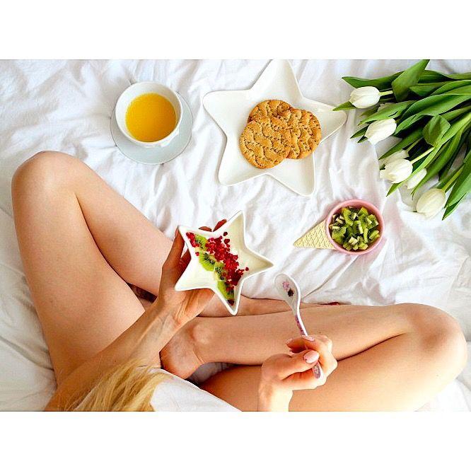 Śniadanie w łóżku to zawsze dobry pomysł 😃 Dziś jogurt grecki kokosowy z owocami, pieczywo pszenne z sezamem i solą morska od Wasa i do tego sok pomarańczowy 🍊😋 Porcja witamin na początek dnia 😊 ---> Zapraszam na moją stronę na fb https://m.facebook.com/eatdrinklooklove/ ❤
