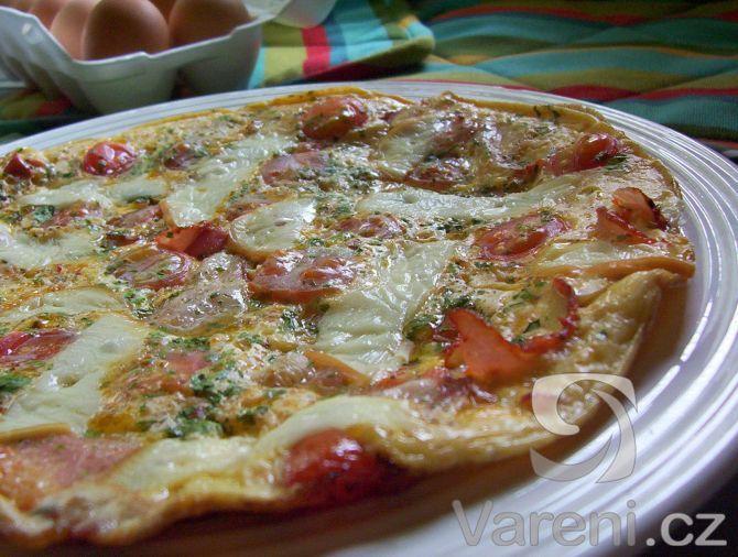 Dobrá omeleta s vůní slaniny a uzeného sýra.