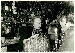 16 januari, geboortedag Margaretha van Beeren (1923-2007). Bij de Burgerlijke Stand staat 17 januari. Dat komt doordat vader Hein te dronken was om zijn 14e kind op tijd aan te geven. Na de dood van haar zus Bet heeft Greet tot 1982 het café gerund. En de volgende 26 jaar het café bewaard en bewaakt voor de toekomst. Het moest weer open. Ze mocht het zelf niet meer meemaken, maar zonder tante Greet zouden we dit jaar niet de 90ste verjaardag van Café 't Mandje kunnen vieren
