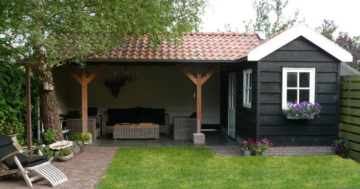 Sfeervol, maar ook sjiek tuinhuis met zwart geschilderde ruige planken