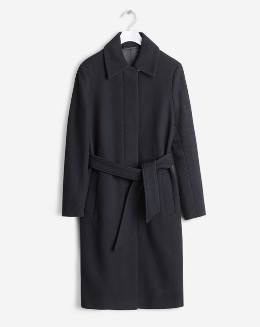 A classic collar coat in a soft wool. Slightly A- line shape with a tone in tone belt for a feminine shape. Classic on the knee length.  <br><br> - Soft Wool<br> - Knee length<br> - Feminine, slightly A-line fit<br> <br> The model is 181cm and wears
