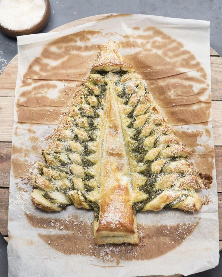 Een origineel hapje voor Kerstmis: een kerstboom uit bladerdeeg met pesto en parmezaan. Supergemakkelijk en met een schitterend resultaat!