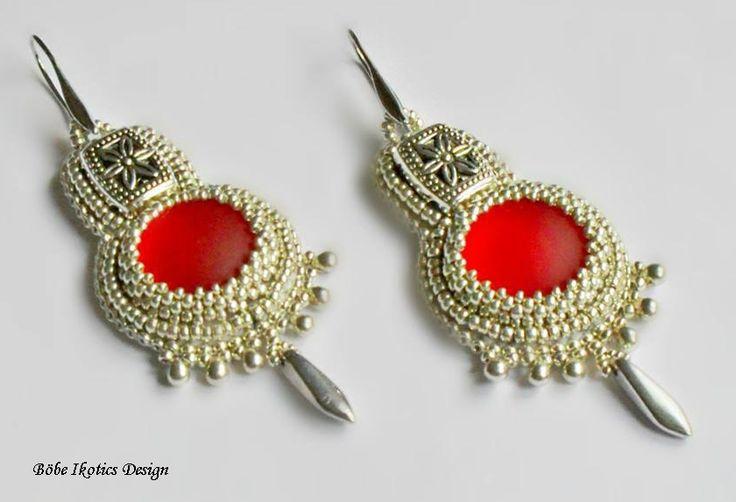 Ezüst japán gyöngyök ölelik körül a piros Lunasoft kabosont.   A fülbevaló hossza 8 cm, a legszélesebb rész átmérője 3 cm.           BI...