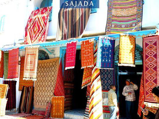 Tapis d'une boutique de Kairouan en Tunisie.  Voir tous nos tapis sur http://www.sajada.fr/tapis  100% fait main, handmade !