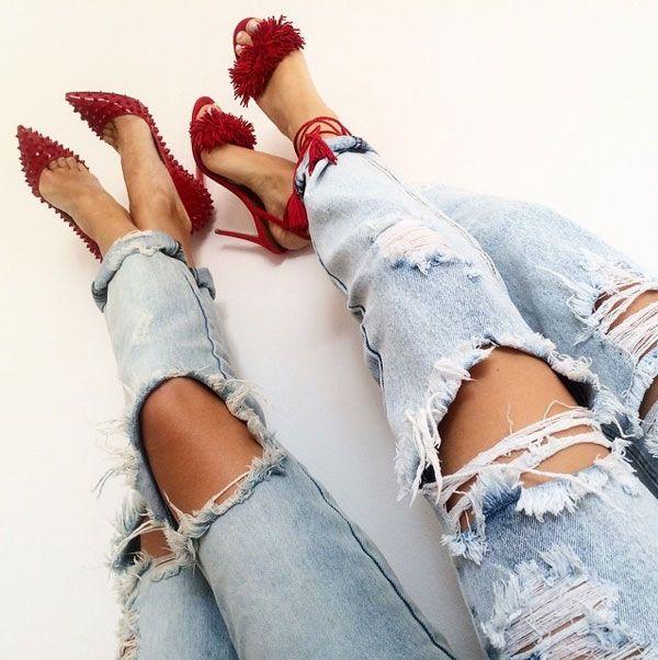 Look com calça jeans rasgada + sapato vermelho.