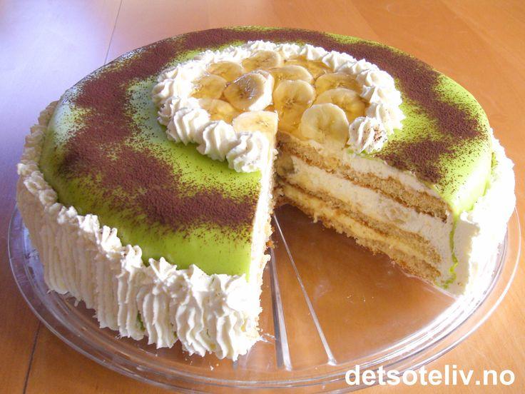 """""""Bonanzatårta"""" er en kjempelekker, svensk konditorkake med fløtekrem, banankrem og vaniljekrem, grønt marsipanlokk og kakaodryss."""