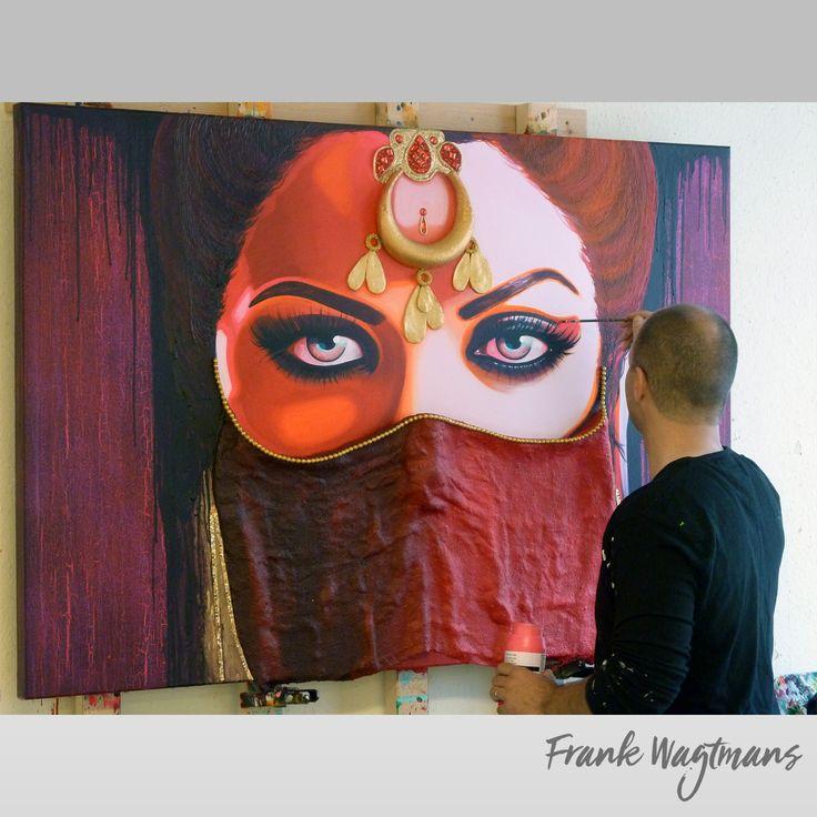 """Een uniek portret van een Islamitische vrouw geschilderd uit vele lagen acrylverf en afgewerkt met o.a jutte, piepschuim, kralen, unieke steentjes. Schilderij """"Mystic Eyes"""" (100x150cm) acryl op canvas in de kleuren: rood, oranje, roze, bruin, donker lila, goud en zwart. Wilt u een Oosterse sfeer in uw huis halen?  Dan kunt u de website van kunstenaar Frank Wagtmans bezoeken. laat u nog meer inspireren!"""