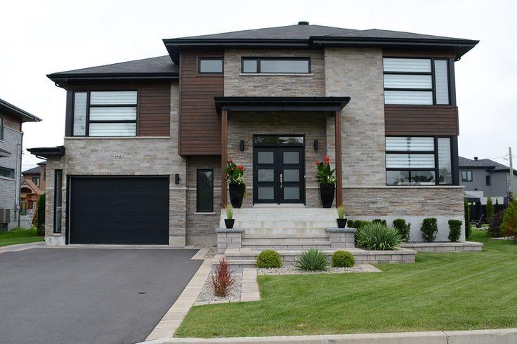 La façade de cette résidence est très moderne avec ses lignes pures et droites. L'aménagement paysager en façade est d'une élégance simple et recherchée!