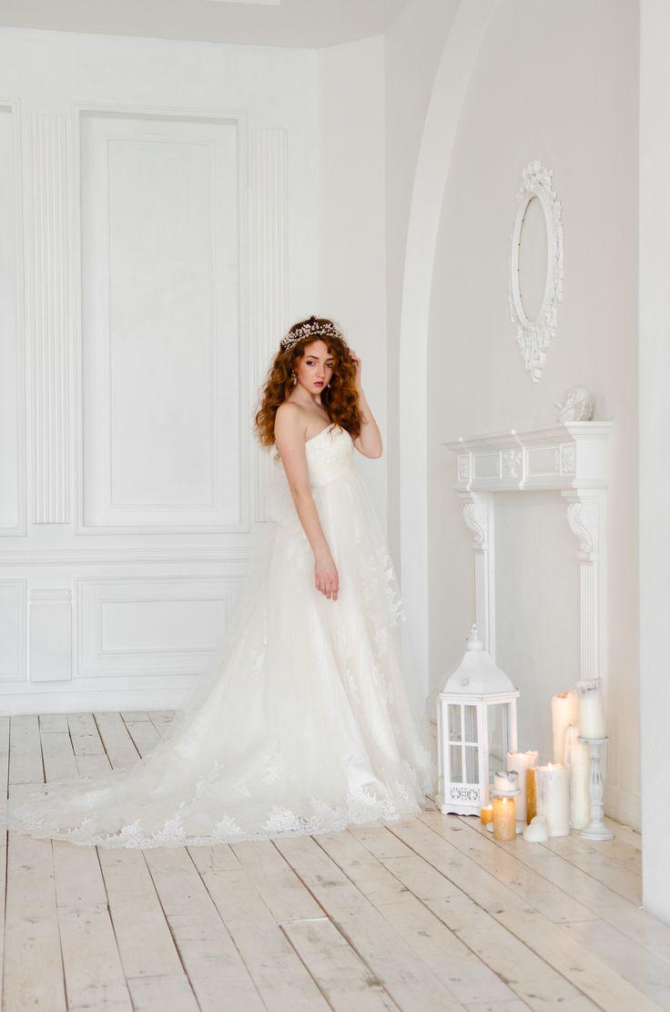 Платье, расшитое кружевом шантильи. Талия подчеркнута поясом, который при желании можно завязать в большой бант сзади. Завершает весь образ очень длинный шлейф. Приобрести платье можно на нашем сайте: www.fairytaleforyou.com