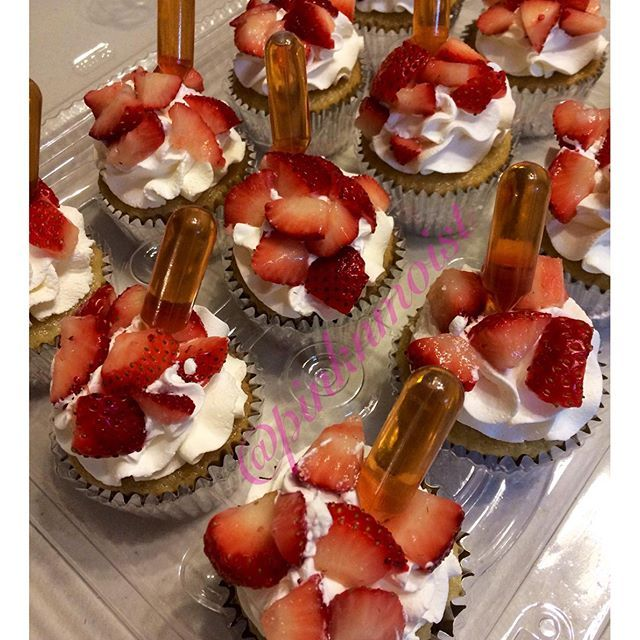 #mulpix Strawberries & Cream Cupcakes with shots of Hennessy #pinknmoist #drunkencupcakes #strawberriesandcreamcupcakes #strawberriesncreamcupcakes #hennessy #hennessyshots #henny #teamheem