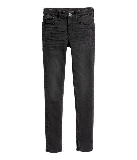 Sjekk ut dette! En jeans i vasket stretchdenim i ekstra smal passform med regulerbar elastikk i midjen (str 134-152), gylf med glidelås, falske lommer foran og ekte lommer bak. - Besøk hm.com for å se mer.