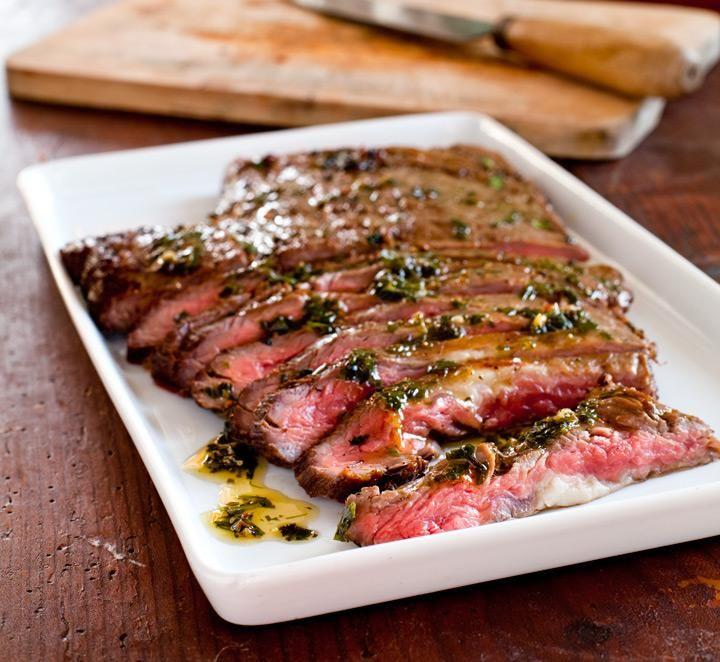 Putsa flanksteken fri från fett och silverhinna. Marinad: Lägg alla ingredienser utom olja i en blender och kör ett par sekunder. Tillsätt oljan i en tunn stråle tills oljan har gått samman med såsen. Lägg köttet i en skål eller form som tillåter att köttet blir helt täckt av marinaden. Marinera i minst 6 timmar, gärna över natten.
