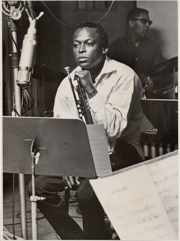 Miles Davis, maestro du jazz et de la trompette, en studio. Photographie prise en octobre 1959.