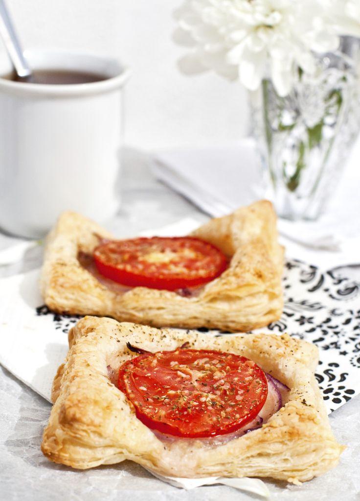 Heerlijke tomaten bladerdeegtaartjes, voor de lunch of bij de borrel. Bekleed een bakplaat met bakpapier en leg de velletjes bladerdeeg op de bakplaat.Verwarm de oven voor op 200 graden. Snijd de ui in dunne plakken en fruit deze in de boter en 15 ml olijfolie tot deze goudbruin zijn. Voeg een lepel suiker toe aan […]