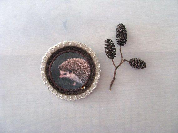 bruine vilten broche met egel print - handgemaakt in Rotterdam