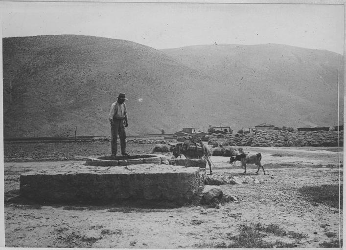 Opérateur C ; Machard, Pierre (photographe) Grèce ; Thessalie ; Karditsa ; Virbeni (anciennement) ; Itéa (actuellement) En Thessalie. Au bord d'un puits Date prise vue 1918.06.06