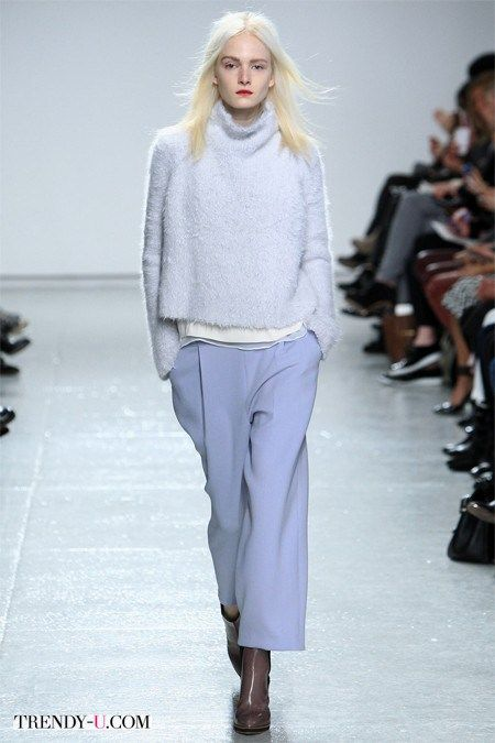 Объемный мохеровый свитер модного в 2016-м году цвета серенити
