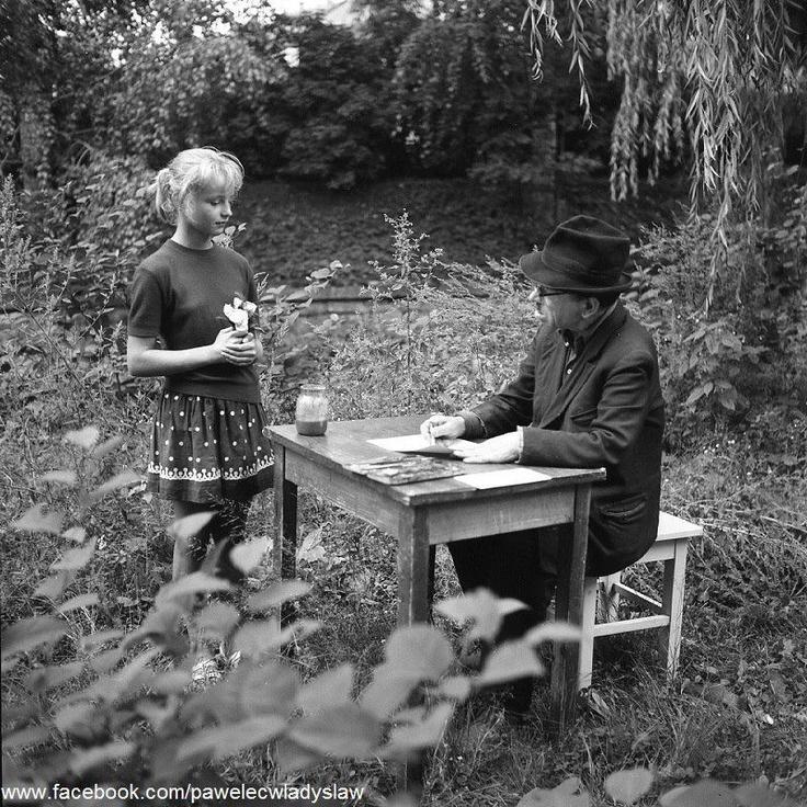 Nikifor w trakcie tworzenia obrazu, Krynica Zdrój, 1964