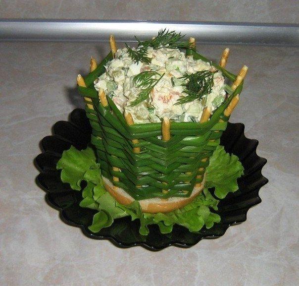 Идея: корзиночка из зеленого лука для порционного салата