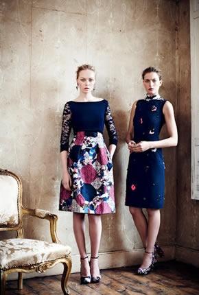 Dos vestidos cortos, elegantes en azul marino con estampados en rosa.