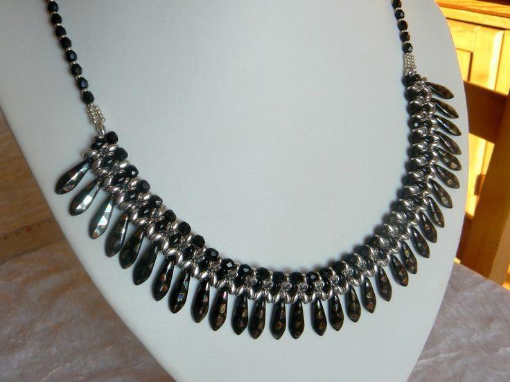 """Collier """"Soleil"""" avec dagues noir et argent, style égyptien."""